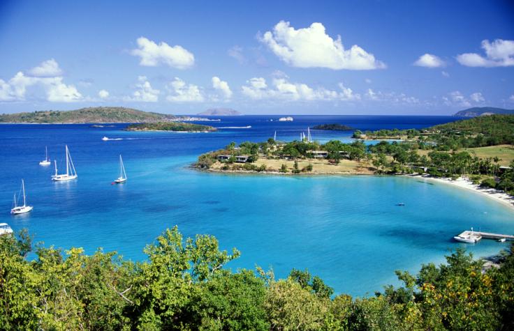 Blaue Lagune mit Booten und grüne Wälder