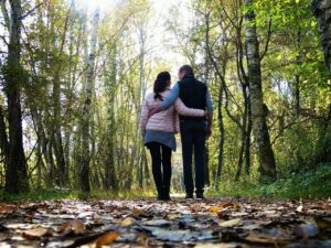 Partnersuche, Ein Paar (Mann und Frau) laufen durch den Wald